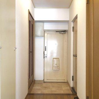 玄関スペースは2人で一緒に入れる。