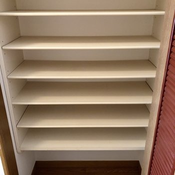 こちらは靴箱。靴がたくさん収納できそう。