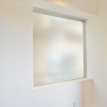 出窓で明るめ
