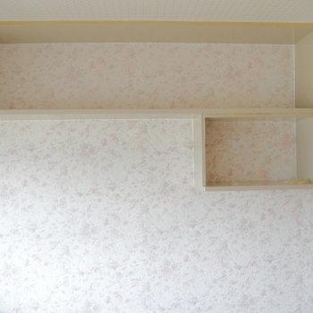 お部屋の上部には棚も付いてます。