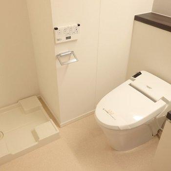 トイレと洗濯機はこんな配置。※別部屋のお写真です。
