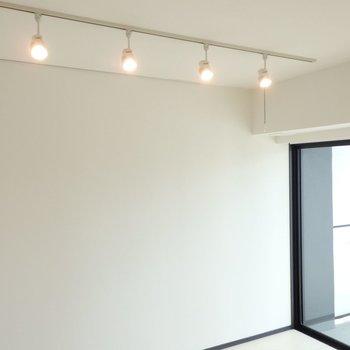 ライティングレールがオシャレ。※別部屋のお写真です。