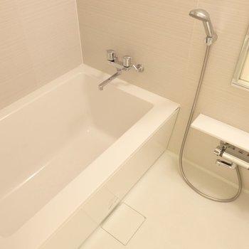 シャープな形のお風呂です。※別部屋のお写真です。