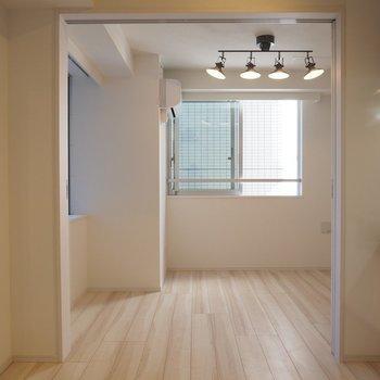 三面に窓があるのでどこにいても明るいです!*写真は同じ間取りの2階のお部屋