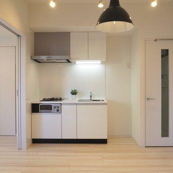 キッチンも白で統一。2口コンロす!*写真は同じ間取りの2階のお部屋*家具は付いてきません