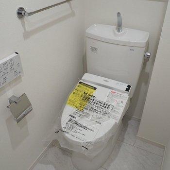 トイレは玄関左に。上に収納もありますよ〜*写真は同じ間取りの2階のお部屋