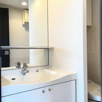 洗面台とトイレは同室 ※8階反転間取りの別部屋の写真です