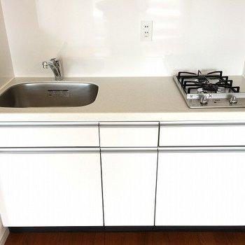 キッチンは2口コンロ。作業スペースもばっちり ※8階反転間取りの別部屋の写真です