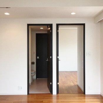左が水回り、右が寝室へのドア ※8階反転間取りの別部屋の写真です