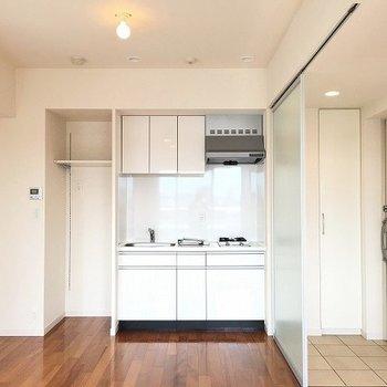 玄関横のクリアなドアはスライドして好きな位置に設置できます ※8階反転間取りの別部屋の写真です