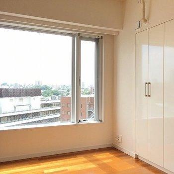 寝室からの眺望も素敵! ※8階反転間取りの別部屋の写真です