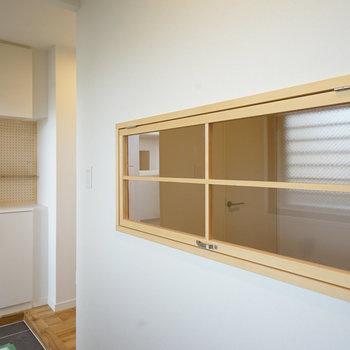 土間には室内窓が◎※写真は同階、同間取りの別部屋になります