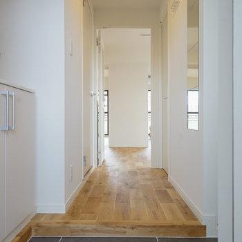玄関、下駄箱もしっかり!※写真は同階、反転間取りの別部屋になります