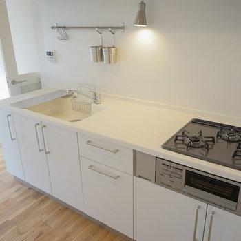 キッチンは大きな3口ガスに※写真は同階、反転間取りの別部屋になります