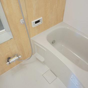 お風呂は新品追い焚きも!※写真は同階、同間取りの別部屋になります