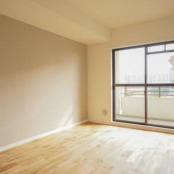 寝室にもしっかり日が入ります※写真は同階、反転間取りの別部屋になります