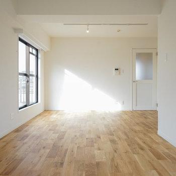 綺麗な木目に惚れ惚れ!!※写真は同階、反転間取りの別部屋になります。こちら側に窓はありません。