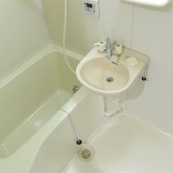 【工事前】浴槽も既存を使用しますが、しっかりコーキングでピカピカに!