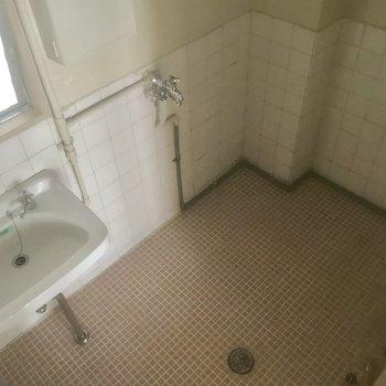 洗面台のところはタイルに。