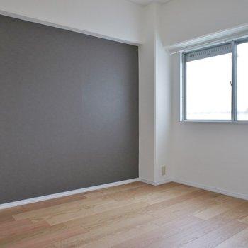 洋室はシンプルなアクセントクロスがgood!。※写真は301号室のも