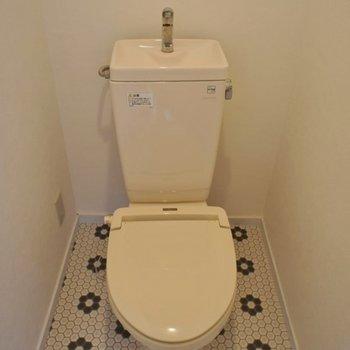トイレの床もおNEW!。※写真は301号室のも