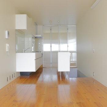 リビングと洋室は透明のパーテーションで仕切れます。