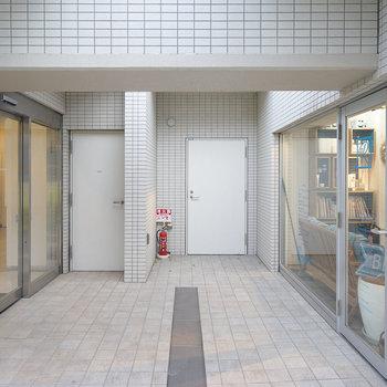 2階にあがり、真ん中右側が玄関です※前回募集時の写真です
