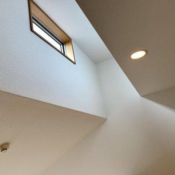 天井には小窓!そのお陰でロフトにも光が入ります。