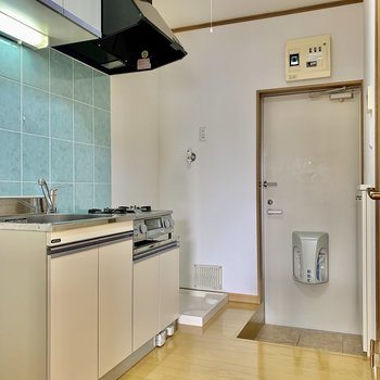 さてキッチン。冷蔵庫は左手のくぼみにどうぞ。