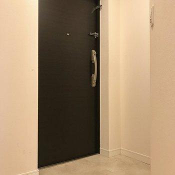 コンパクトな玄関。(※写真は7階の同間取り別部屋のものです)