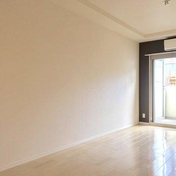 窓の近くにテレビを置いて、ベッドもこっちの壁際かな。(※写真は7階の同間取り別部屋のものです)