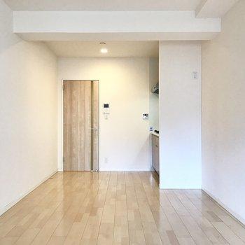 ベランダ側から。ホワイトと木目のナチュラルテイスト。(※写真は7階の同間取り別部屋のものです)