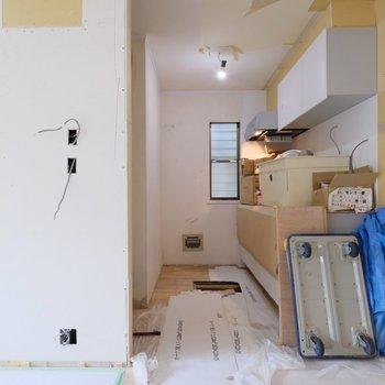 【工事中】キッチンは少し奥まった場所位に!窓があるのも嬉しいところ◎
