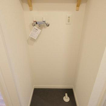 洗濯置き場にも棚がついてますよ◎