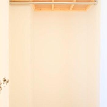 寝室の収納は意外にも奥まっているので容量は大きめ