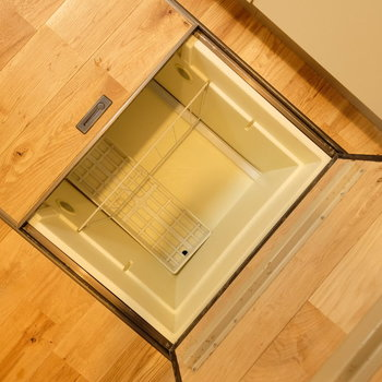 キッチン下には床下収納も!
