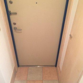 玄関ポーチは小さめ。靴はこまめに収納を。※写真は前回募集時のものです