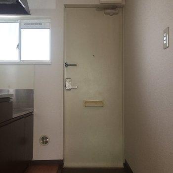 玄関ポーチは小さめです。