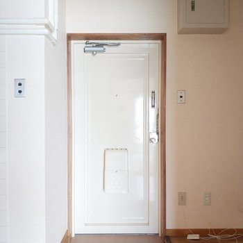 玄関前はスッキリとしてます。