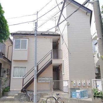 住宅街にあるアパートです。