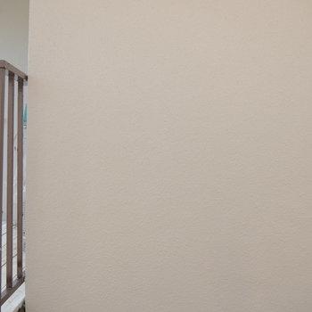 眺望はお隣さんのベランダがこんにちは。