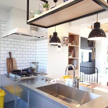 キッチンはステンテスでキメてます。 ※4階の似た間取り別部屋の写真です