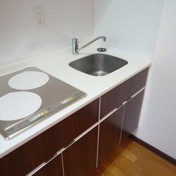 キッチンの作業スペースはコンパクトかも。