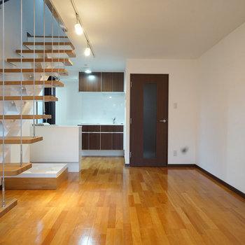 正面から。階段がワイヤーで吊られているのも、なんか良い。