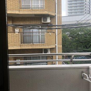 向かいはアパートです