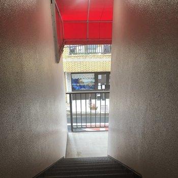 共用部の階段、赤い屋根が可愛いですね