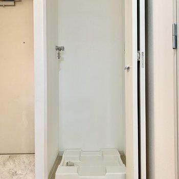 洗濯機置き場は玄関の横です。扉で隠すこともできますよ。※写真は前回募集時のものです