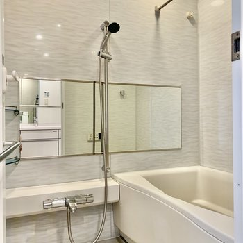 お風呂は鏡が横長で使いやすそう。※写真は前回募集時のものです