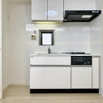 引き戸を開くと白いキッチンが登場。※写真は前回募集時のものです