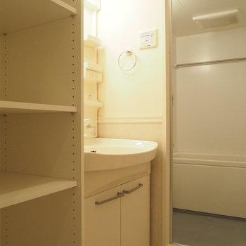 洗面台のとなりにも収納棚 ※4階同間取り別部屋の写真です